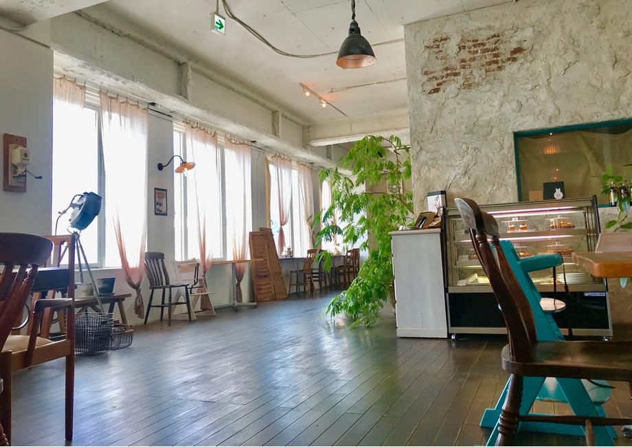 アンティーク家具で飾られた店内